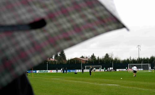 Juventus a Vinovo allenamento sotto la pioggia, Chiellini promuove la prevenzione contro il cancro