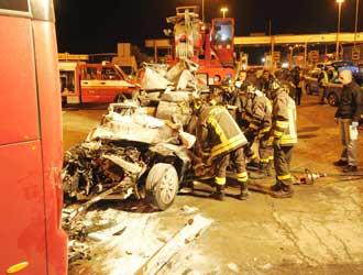 Due ragazzi muoiono schiacciati da un TIR sotto al pullmann del Torino