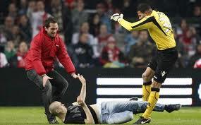Video Olanda, tifoso aggredisce portiere (che reagisce) durante Ajax – Az