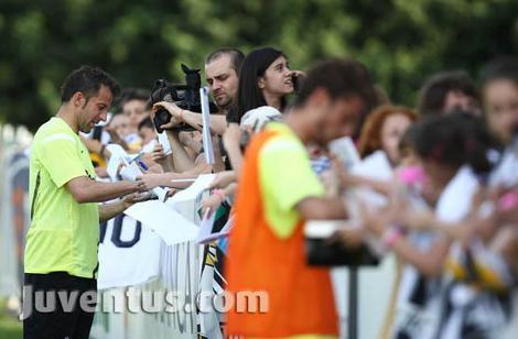 Verso Juventus – Atalanta, bagno di folla per i Campioni d'Italia a Vinovo