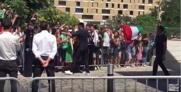 Buffon abbraccia tifosi